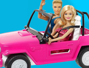 Barbie en Ken in de auto